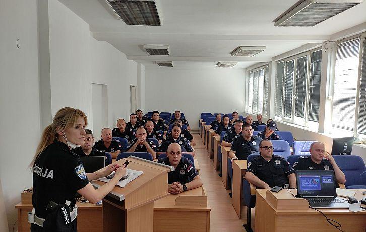 Obuka pripadnika Saobraćajne policije PU Kragujevac o pravilnoj upotrebi bezbednosnih sedišta za prevoz dece | Agencija za bezbednost saobraćaja